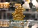 Thuyền buồm vàng nhỏ đế thủy tinh C192A