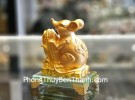 Chuột vàng ôm bắp vàng trên đế thuỷ tinh TM030